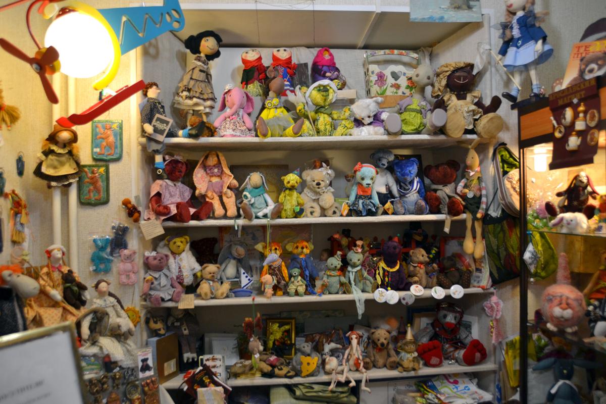 1.В холле музея - магазин хенд-мейд игрушек.