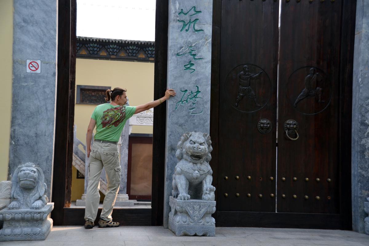 16.Отель, стилизованный под школу боевых искусств.