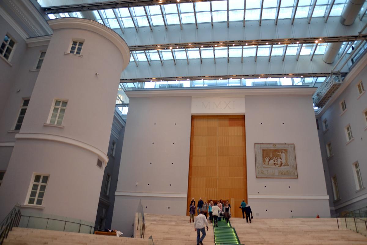 1. Внутри здания: настоящее выставочное пространство.